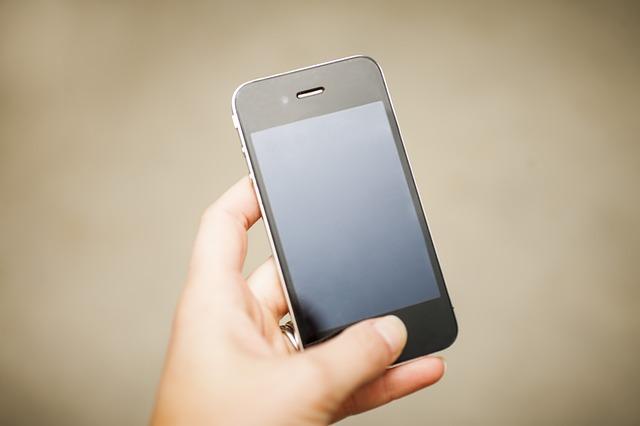 Teléfono móvil en la palma de la mano