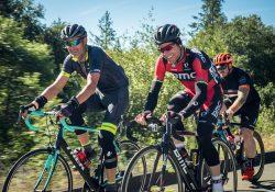 Tres ciclistas disfrutando de rodar juntos